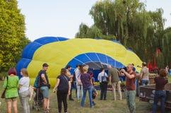 26 Αυγούστου 2017 Ουκρανία, άσπρη εκκλησία Μαρμελάδα μπαλονιών Προετοιμασία για την έναρξη του μπαλονιού ζεστού αέρα Στοκ Εικόνα