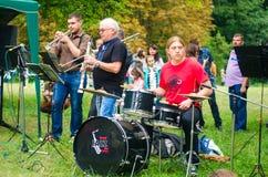 26 Αυγούστου 2017 Ουκρανία, άσπρη εκκλησία Μια ομάδα μουσικών που παίζουν στη φύση στο πάρκο Στοκ Εικόνα