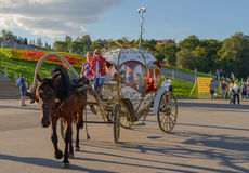 18 Αυγούστου 2013: Φωτογραφία της horse-drawn μεταφοράς με ένα arou περιπάτων Στοκ Φωτογραφίες