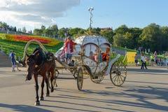 18 Αυγούστου 2013: Φωτογραφία της horse-drawn μεταφοράς με ένα arou περιπάτων Στοκ Εικόνες