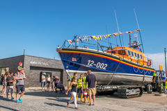 8 Αυγούστου 2015, Hastings, Αγγλία, η ναυαγοσωστική λέμβος που προετοιμάζεται για καρναβάλι Στοκ φωτογραφία με δικαίωμα ελεύθερης χρήσης