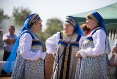 20 Αυγούστου 2018, Krasnovidovo, Ρωσία - ώριμες γυναίκες στο λαϊκό κοστούμι στοκ εικόνες