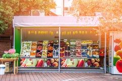 26 Αυγούστου 2012 piran Σλοβενία Κατάστημα αγροτικών φρούτων στην οδό της πόλης μια ηλιόλουστη θερινή ημέρα Πωλημένοι ανανάδες στοκ εικόνες με δικαίωμα ελεύθερης χρήσης
