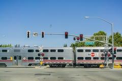 30 Αυγούστου 2017 Sunnyvale/CA/USA - Caltrain που διασχίζει σε μια σύνδεση οδών κοντά σε μια κατοικημένη γειτονιά στο νότιο Σαν Φ στοκ φωτογραφίες