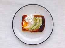 Αυγό και αβοκάντο στη φρυγανιά Στοκ Εικόνες
