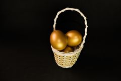 αυγό καλαθιών χρυσό Στοκ Εικόνες