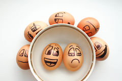 Αυγό με ένα εύθυμο χρωματισμένο πρόσωπο φωτογραφία Στοκ φωτογραφία με δικαίωμα ελεύθερης χρήσης