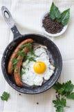 Αυγό με το λουκάνικο στο τηγάνισμα του τηγανιού Στοκ εικόνες με δικαίωμα ελεύθερης χρήσης
