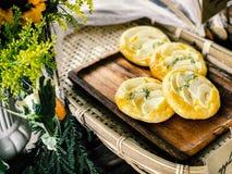 Αυγό ξινό και κρέμα Apple ξινή στο ξύλινο πιάτο Στοκ Εικόνες