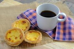 Αυγό ξινό στο ξύλινο πιάτο Στοκ φωτογραφία με δικαίωμα ελεύθερης χρήσης