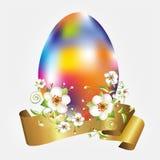 Αυγό-ουράνιο τόξο, λουλούδια μήλων και χρυσό έμβλημα Στοκ εικόνα με δικαίωμα ελεύθερης χρήσης