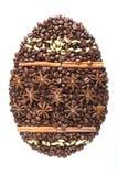 Αυγό Πάσχας από τα φασόλια καφέ και είδη που απομονώνονται στο άσπρο υπόβαθρο Στοκ Φωτογραφίες