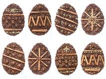 Αυγό Πάσχας από τα φασόλια καφέ και είδη που απομονώνονται στο άσπρο υπόβαθρο Στοκ εικόνα με δικαίωμα ελεύθερης χρήσης