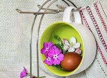 Αυγό Πάσχας, βιολέτες και άνθη της Apple Στοκ φωτογραφία με δικαίωμα ελεύθερης χρήσης