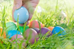 Αυγό Πάσχας! ευτυχή ζωηρόχρωμα υπόβαθρα έννοιας Πάσχας διακοσμήσεων διακοπών κυνηγιού της Κυριακής Πάσχας με το διάστημα αντιγράφ Στοκ εικόνα με δικαίωμα ελεύθερης χρήσης