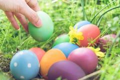 Αυγό Πάσχας! ευτυχή ζωηρόχρωμα υπόβαθρα έννοιας Πάσχας διακοσμήσεων διακοπών κυνηγιού της Κυριακής Πάσχας με το διάστημα αντιγράφ Στοκ φωτογραφίες με δικαίωμα ελεύθερης χρήσης