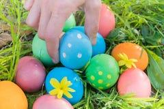 Αυγό Πάσχας! ευτυχή ζωηρόχρωμα υπόβαθρα έννοιας Πάσχας διακοσμήσεων διακοπών κυνηγιού της Κυριακής Πάσχας με το διάστημα αντιγράφ Στοκ Φωτογραφίες