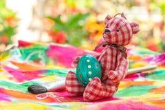 Αυγό Πάσχας με την αρκούδα σε ζωηρόχρωμο Στοκ Εικόνες