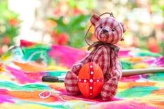 Αυγό Πάσχας με την αρκούδα σε ζωηρόχρωμο Στοκ Φωτογραφία