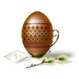 Αυγό Πάσχας με την καφετιά διακόσμηση και το κλαδάκι της ιτιάς Στοκ Εικόνες