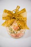 Αυγό Πάσχας που διακοσμείται με τα λουλούδια που γίνονται από την τεχνική decoupage Στοκ Εικόνες