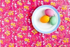 Αυγό Πάσχας σε έναν χρωματισμένο πίνακα στο πιάτο Στοκ φωτογραφίες με δικαίωμα ελεύθερης χρήσης