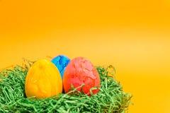 Αυγό Πάσχας σε μια φωλιά Πάσχας φιαγμένη από πράσινη χλόη και κίτρινο υπόβαθρο Στοκ φωτογραφίες με δικαίωμα ελεύθερης χρήσης