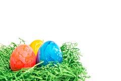 Αυγό Πάσχας σε μια φωλιά Πάσχας φιαγμένη από πράσινη χλόη και κίτρινο υπόβαθρο Στοκ Φωτογραφία
