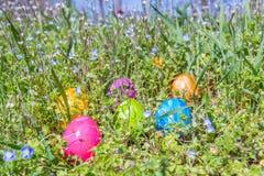 Αυγό Πάσχας στη χλόη με τα όμορφα λουλούδια Στοκ εικόνα με δικαίωμα ελεύθερης χρήσης