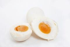 αυγό που αλατίζεται Στοκ φωτογραφία με δικαίωμα ελεύθερης χρήσης
