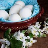 Αυγό σε ένα κεραμικά κύπελλο και ένα λουλούδι Στοκ Εικόνες