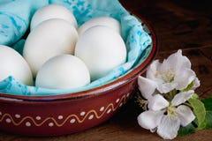 Αυγό σε ένα κεραμικό κύπελλο Στοκ Φωτογραφίες