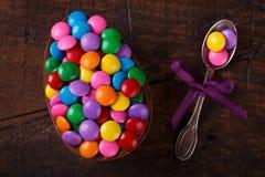Αυγό σοκολάτας με την πλήρωση για Πάσχα στο ξύλινο υπόβαθρο Στοκ Εικόνες