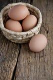 Αυγό στο καλάθι στο ξύλο στοκ εικόνες