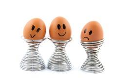 Αυγό στο φλυτζάνι αυγών που αισθάνεται αριστερά έξω Στοκ Φωτογραφία