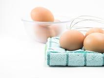 Αυγό τρία στο ύφασμα και αυγό στο σαφές φλυτζάνι Στοκ Φωτογραφίες