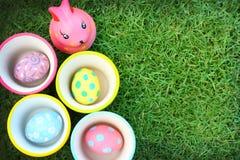 Αυγό, υπόβαθρο χλόης κουνελιών την ημέρα Πάσχας Στοκ Φωτογραφίες