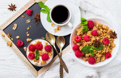 αυγό φλυτζανιών έννοιας καφέ προγευμάτων που τηγανίζεται Σπιτικό γιαούρτι μούρων granola muesli καφέ στοκ φωτογραφίες με δικαίωμα ελεύθερης χρήσης