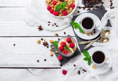 αυγό φλυτζανιών έννοιας καφέ προγευμάτων που τηγανίζεται Σπιτικό γιαούρτι μούρων granola muesli καφέ στοκ φωτογραφίες