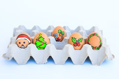 Αυγό Χριστουγέννων με τα πρόσωπα που σύρονται που τακτοποιούνται στο χαρτοκιβώτιο Στοκ εικόνες με δικαίωμα ελεύθερης χρήσης