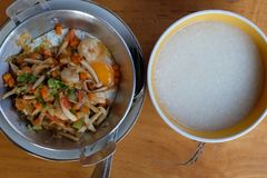 Αυγό yorlk στο τηγάνι με το τηγανισμένο μανιτάρι πετρελαίου στοκ εικόνα με δικαίωμα ελεύθερης χρήσης