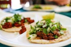 αυθεντικά μεξικάνικα tacos βόειου κρέατος στο εστιατόριο Λα Στοκ εικόνες με δικαίωμα ελεύθερης χρήσης