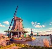 Αυθεντικοί μύλοι του Zaandam στο κανάλι νερού στο χωριό Zaanstad στοκ φωτογραφία με δικαίωμα ελεύθερης χρήσης