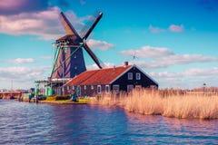 Αυθεντικοί μύλοι του Zaandam στο κανάλι νερού στο χωριό Zaanstad στοκ εικόνα με δικαίωμα ελεύθερης χρήσης