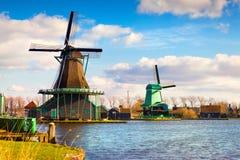 Αυθεντικοί μύλοι του Zaandam στο κανάλι νερού στο willage Zaanstad στοκ φωτογραφία με δικαίωμα ελεύθερης χρήσης