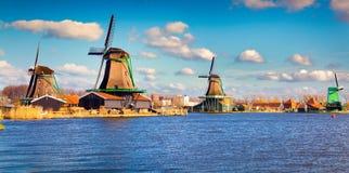 Αυθεντικοί μύλοι του Zaandam στο κανάλι νερού στο willage Zaanstad στοκ εικόνες