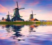 Αυθεντικοί μύλοι του Zaandam στο κανάλι νερού στο willage Zaanstad στοκ φωτογραφία