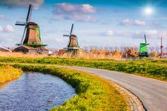 Αυθεντικοί μύλοι του Zaandam στο κανάλι νερού στοκ εικόνες