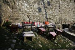 Αυθεντικός καφές κατά μήκος του δρόμου κοντά στον τοίχο πετρών Στοκ εικόνα με δικαίωμα ελεύθερης χρήσης
