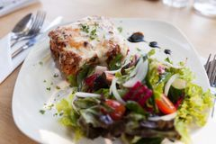 Αυθεντικό ιταλικό κρέας Lasagna με τη φρέσκια σαλάτα Στοκ Φωτογραφία